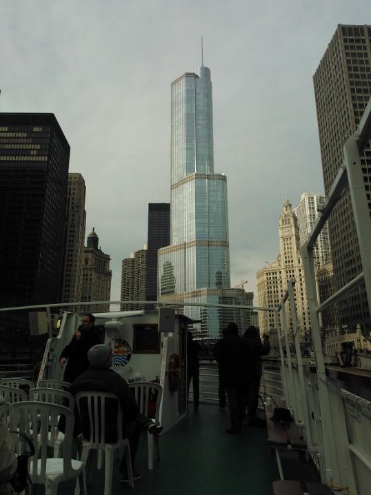 Trump Tower, jeden z nejvyšších mrakodrapů pohledem z architektonické plavby po řece