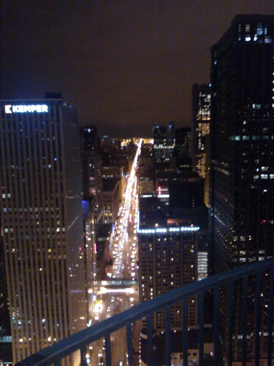 Noční Chicago z balkonu Marina City