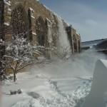 Sněhopád ze střechy knihovny
